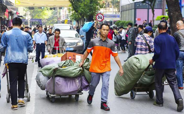 Thuê người mang vác hàng hóa tại chợ 13
